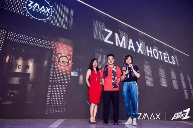 星际熊品牌主理人 柳映彤(左)ZMAX 798星际熊店投资人 杨善林总(中)ZMAX &潮漫品牌主理人 / CEO 黄玄(右)